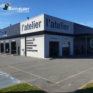 Les peintres de l'entreprise Barthélémy Pau, ont réalisé la rénovation du bardage du centre auto leclerc de St Vincent de Tyrosse.